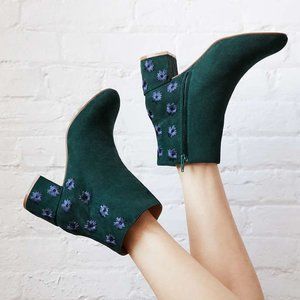 🔥MOVING SALE🔥Urban Outfitters Embroidered Boot